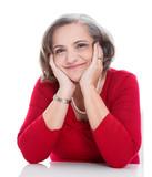 Zufriedene ältere Dame in Rot - isoliert - grauhaarig