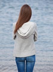 Mädchen schaut raus aufs Meer
