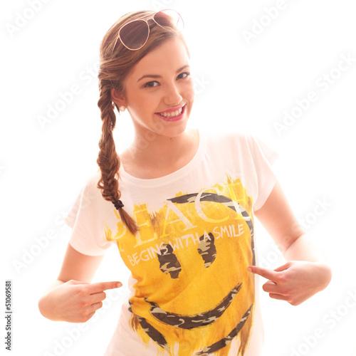 Mädchen mit einem Smilieshirt