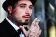tätowierter Mann raucht