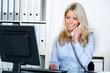 freundliche sekretärin am telefon