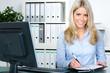 lächelnde sekretärin organisiert termine