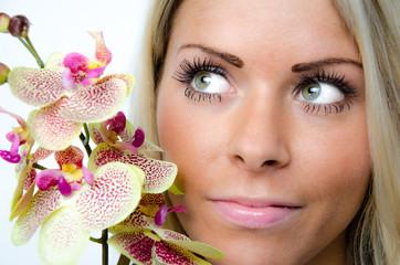 portrait einer jungen frau mit orchidee
