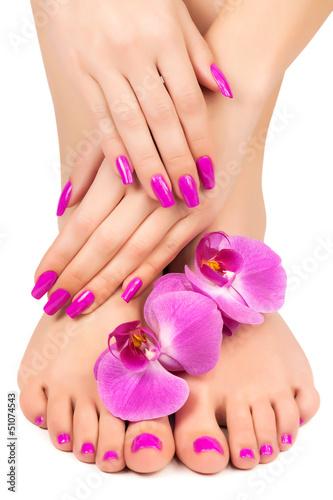 rozowy-manicure-i-pedicure-z-kwiatem-orchidei
