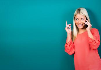 blonde frau telefoniert mit dem smartphone