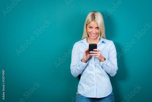 junge frau liest mit freude eine sms