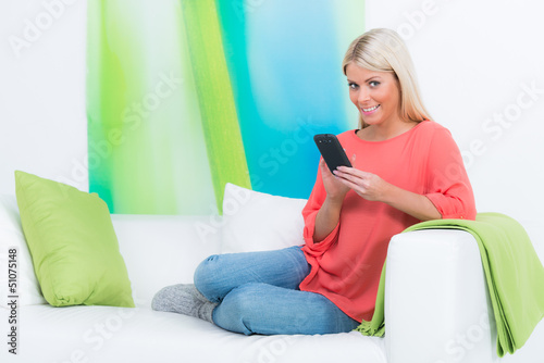 junge frau liest eine e-mail