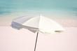 Parasol blanc, plage et mer turquoise