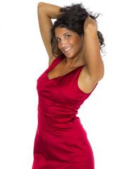 Hübsche Braunhaarige im roten Seidenkleid