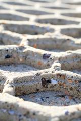 Nahaufnahme einer Reifenspur im Sandstrand