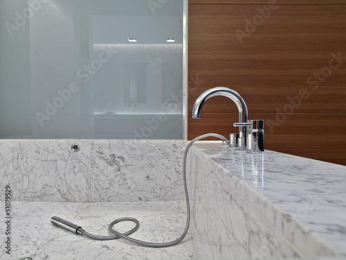 rubinetto sulla vasca da bagno nel bagno moderno