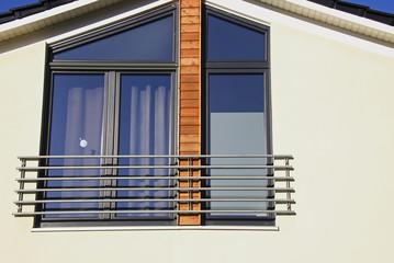 Einfamilienhauses mit bodentiefen Fenstern