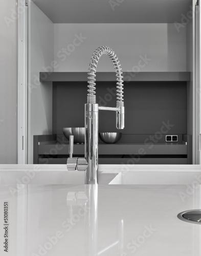 dettaglio del rubinetto di acciaio nella cucina moderna