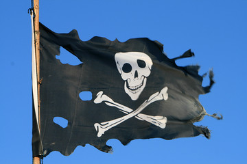 Zerrissene Piratenflagge am Mast..