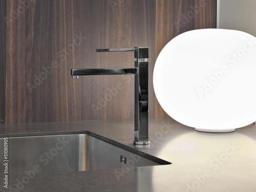 rubinetto di acciaio per il lavandino di una cucina moderna