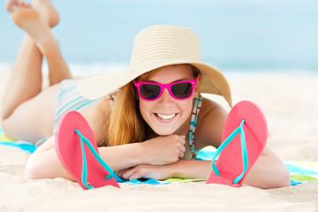 lachende frau sonnt sich am strand