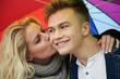 Junges verliebtes Paar, Frau küsst Mann auf Wange