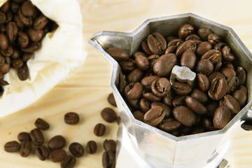 chicchi di caffè nella caffettiera