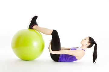 Athletin trainiert mit Gymnastikball