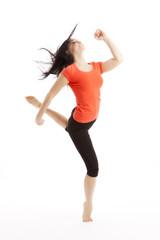 Sportliche vitale Frau tanzt ausgelassen
