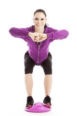 Sportliche junge Frau beim Gleichgewichtstraining