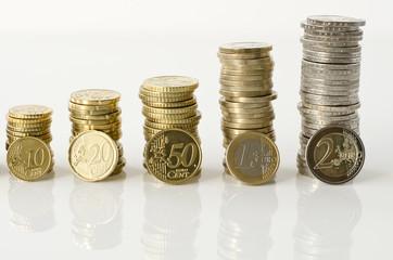 Geldsäulen von Euro-Münzen verschiedener Größe