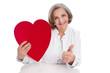 Herzkrankheit - Ärztin isoliert mit Herz in der Hand