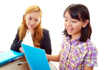 笑顔の外国人教師と女生徒
