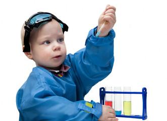 Ребенок проводит химические опыты
