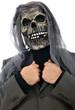 Mann mit Horrormaske trägt Anzug