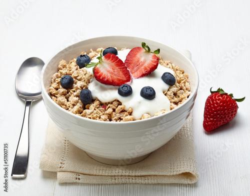 Leinwandbild Motiv Bowl of healthy muesli with yogurt and fresh berries