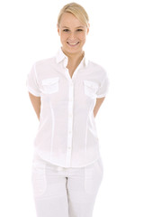 Freundliche junge Frau in weißer Kleidung