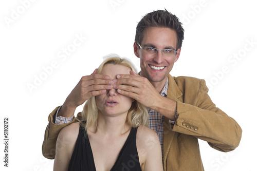Überraschung Mann hält einer Frau die Augen zu