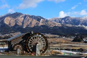 冬の阿蘇山と水車小屋