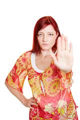 Frau wehrt sich mit ausgestreckter Hand
