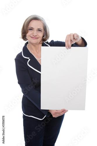 Ältere Frau mit einem Angebotsschild