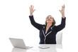 Ältere Dame hat ein Erfolgserlebnis im Büro