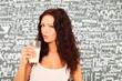 junge Frau mit Glas Milch in der Hand