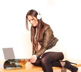 junge moderne Frau mit Kopfhörern