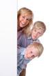 Frau mit 2 Kindern neben weißem Plakat - Woman with children