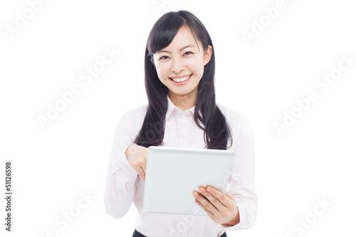 タブレット端末を使う女性