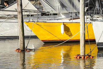Barco amarillo amarrado.
