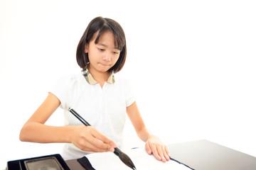 書道を学ぶ女の子