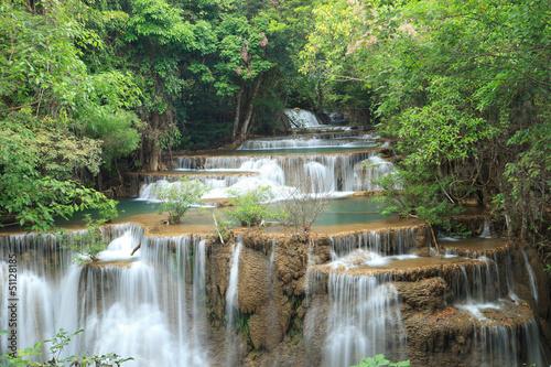 Głębokie lasu wodospad w Kanchanaburi, Tajlandia