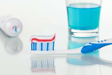 Zahnpasta und Mundspülung