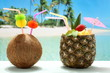 cocktails ananas e cocco con frutta su sfondo mare esotico