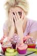 Junge Frau bei Diät traut sich nicht auf die Waage zu sehen