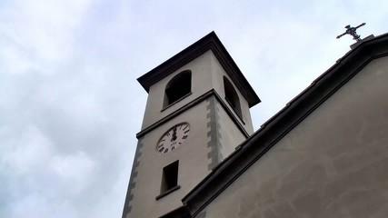 campana che rintocca a mezzogiorno