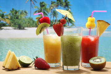 cocktails alcolici con frutta su sfondo mare esotico
