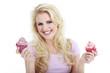 Junge hübsche Frau mit Cupcakes lacht